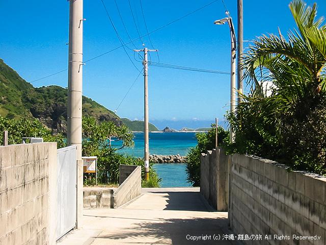 集落の小道からのぞく海でテンションが上がる!