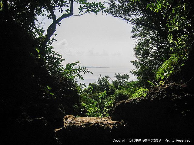 久高島遥拝所。遠くに見えるのが久高島だ
