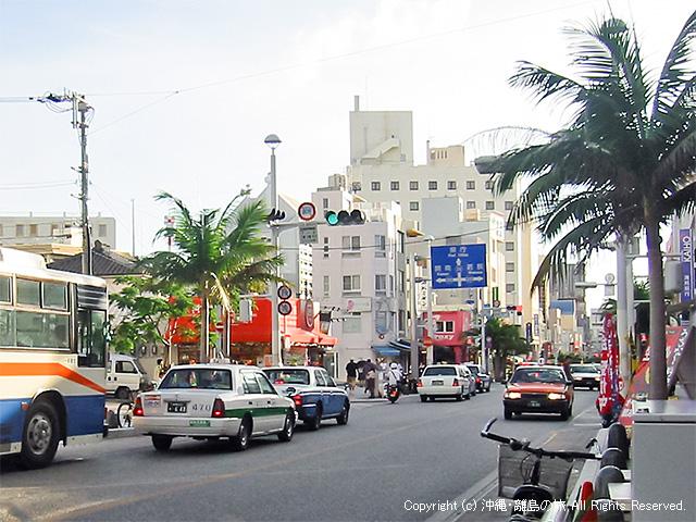 那覇市を走るタクシー