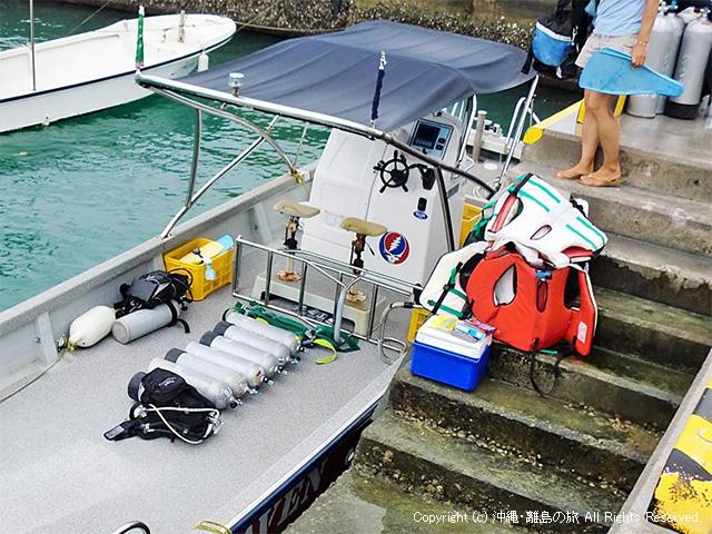 出発準備をするダイビングボート