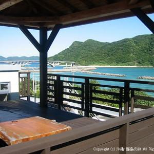 屋上の吾妻屋。前浜ビーチを眺めながら飲むオリオンは最高です。