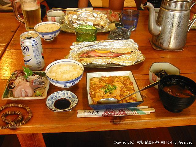 夕食。民宿の中ではかなり美味しいレベルです。