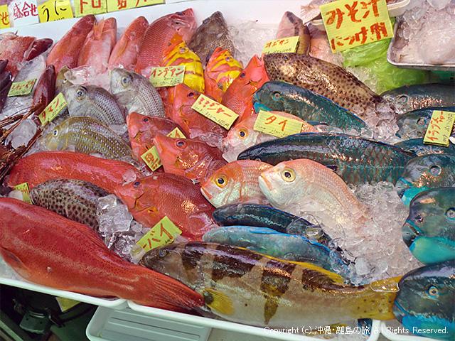 市場一階の鮮魚店
