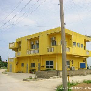 黄色い建物が目印