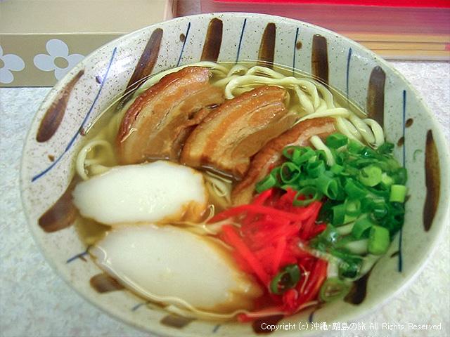 沖縄そば。記憶にないんで味は普通だったかな。ピンボケで申し訳ない(汗)