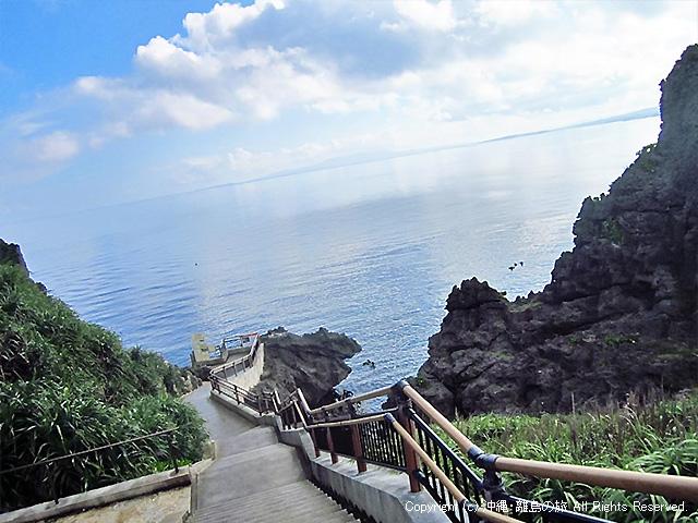 真栄田岬名物、天国への(降りる)階段