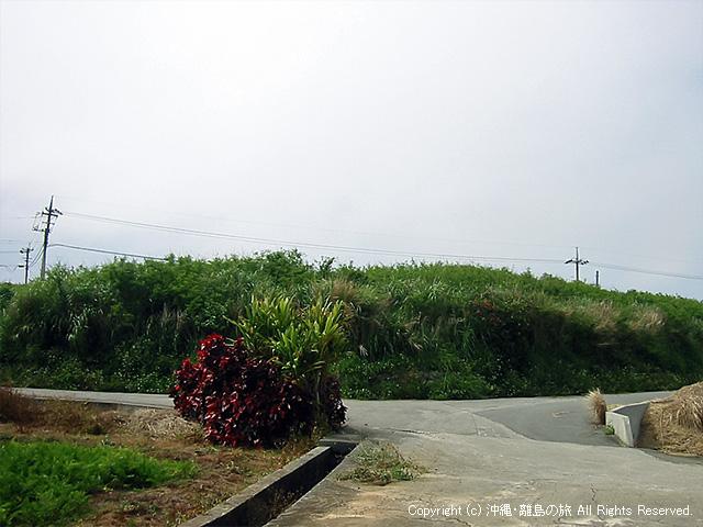 坂道のすぐ近くに自転車に乗った菜々子と女の子が福之助とぶつかる交差点がある