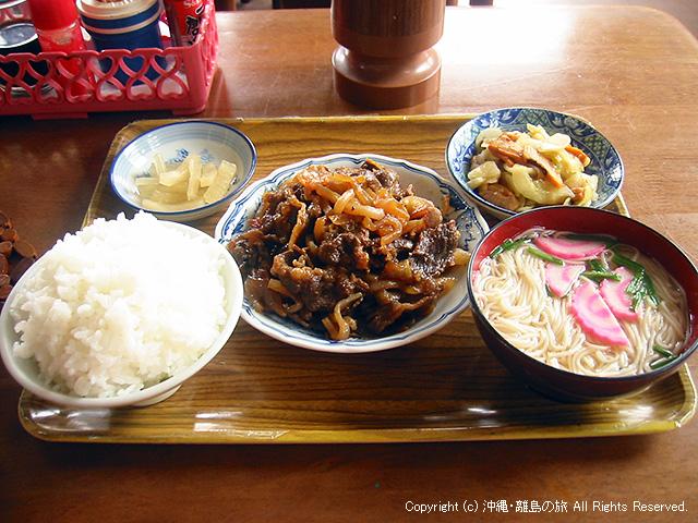 牛肉のおかずに汁物はソーメン。そして米は山盛りw