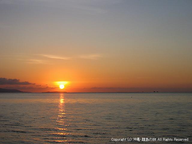 夕日。19:20ごろ。八重山と東京は時差があります(マジで)