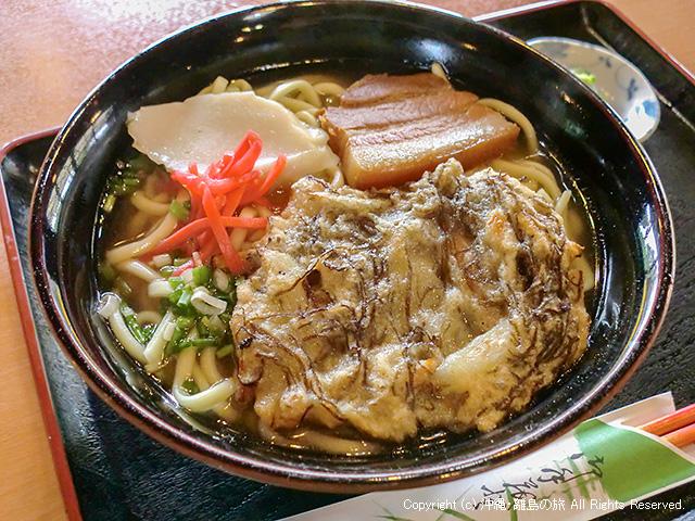 食事処とくじんの久高そば。普通の沖縄そばにもずくの天ぷらがのってた