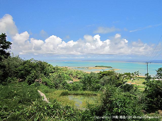 遠くに久高島が見える
