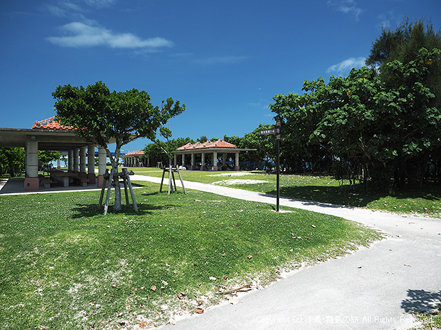 駐車場とビーチの間にバーベキューができるスペースもある(要予約)