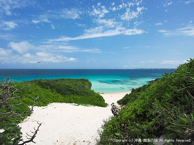 砂の丘陵を超えるとキレイなビーチが広がる