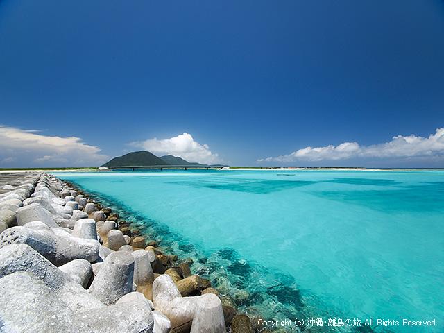 防波堤を歩き、砂浜から離れたところの景色