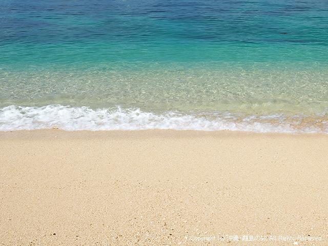 透き通った水とフカフカの砂