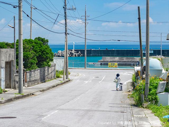 バス停から安座真港へ向かう道