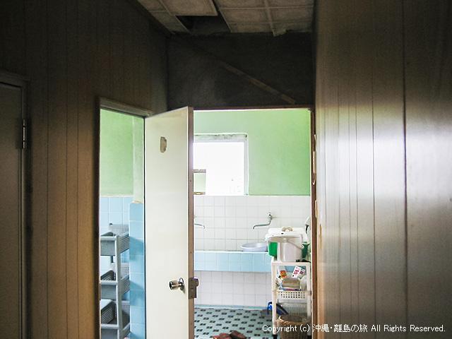 天井の抜けた洗面所入口・・