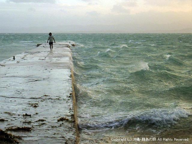 台風の接近で荒れる海