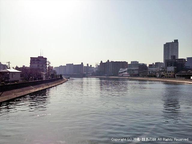 PM2.5で空がかすむ鶴見川