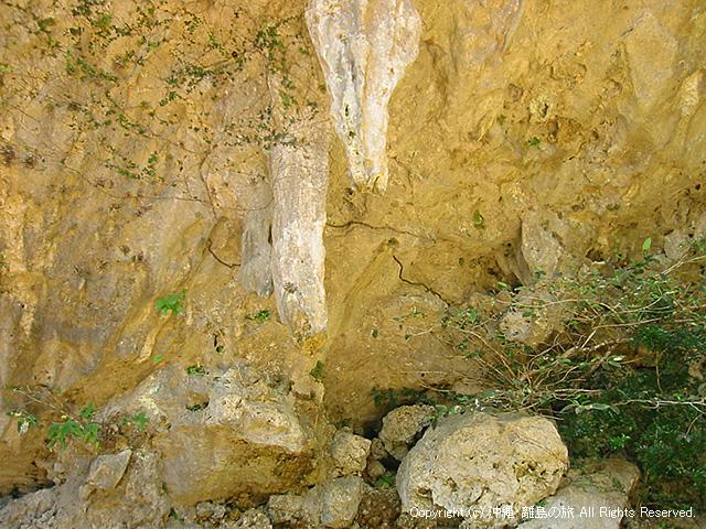 右(手前)のつらら?がアマダユル・アシカヌビー。左(奥)がシキヨダユル・アマガヌビー。ここから垂れてくる雫が神聖であり、それを受け止める壺が置いてある