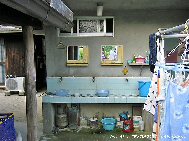 民宿で見かけるオープンテラスwな洗面所