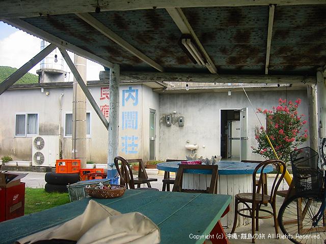 宿の前には屋根のあるスペースも