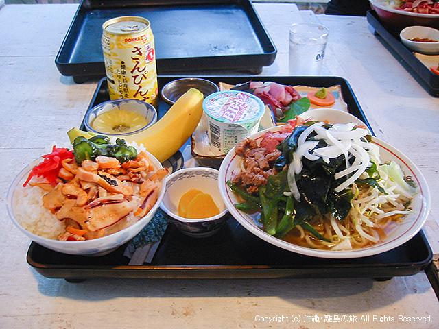 夕食。よくわからん丼物と沖縄そばの大盛りが2つ・・