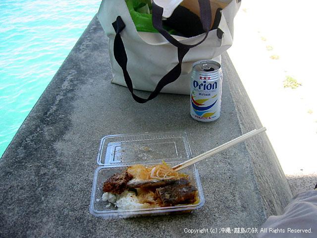 阿嘉大橋の日陰でエメラルドグリーンの海を眺めながら食べる弁当