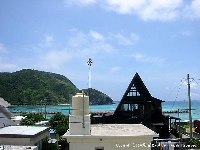 2階のバルコニーから前浜ビーチが見える