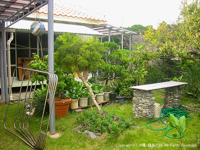 宿の入口の庭
