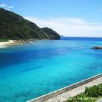 写真は阿嘉島。阿嘉大橋の上からの景色
