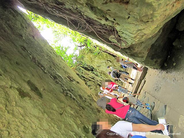 よく見かける岩の入口がここ