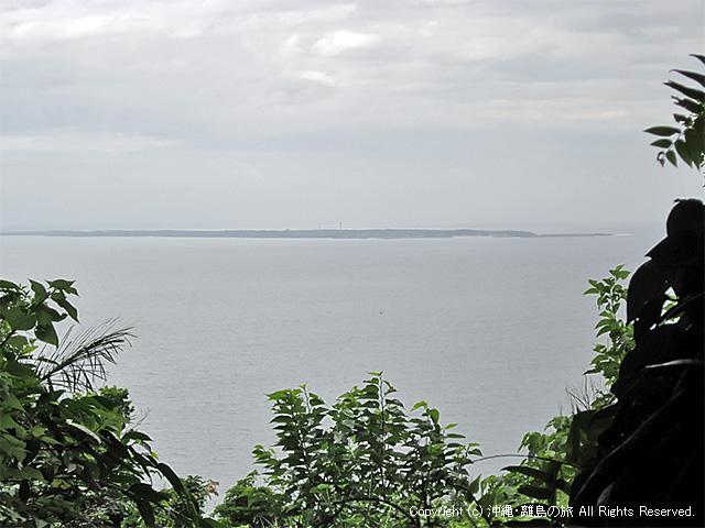 曇天の中にのぞく久高島