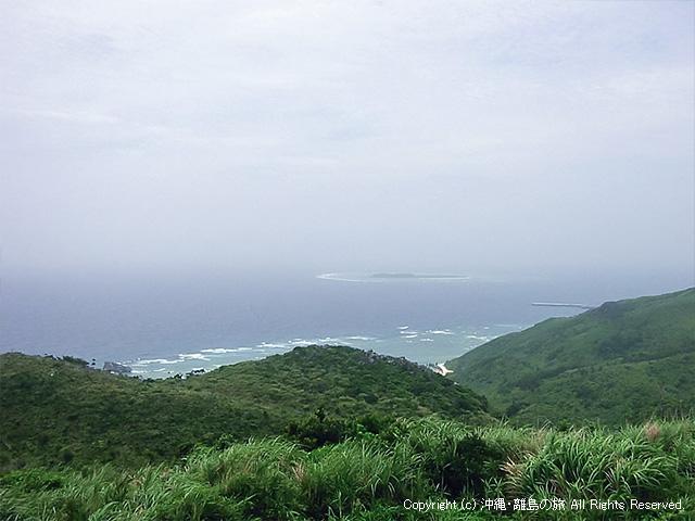 遠くに見えるのは入砂島