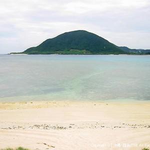 野甫島のビーチから伊平屋島を臨む