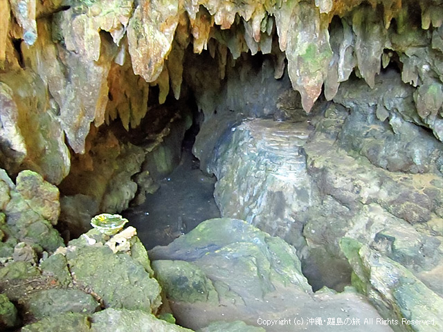 入口から洞窟を覗く