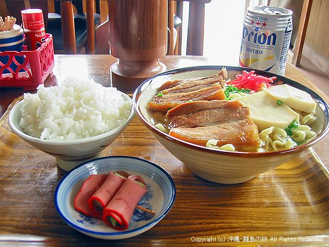 最後まで山盛りのご飯。そして具が麺を覆いつくす沖縄そばw