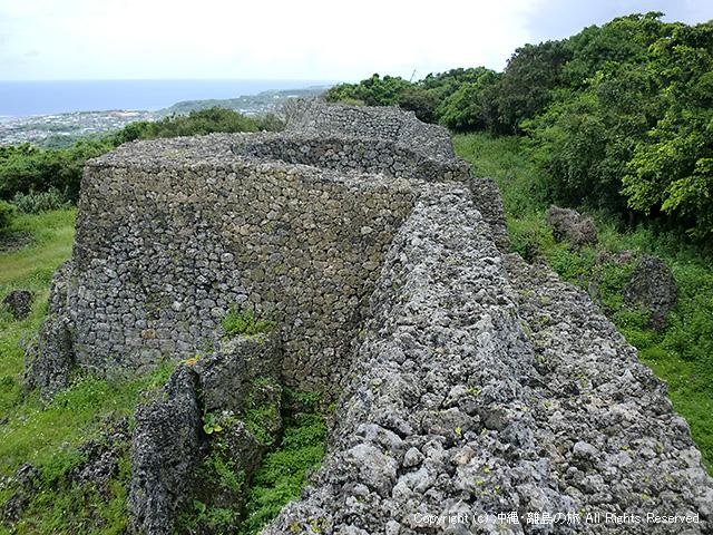 糸数城跡。石垣は圧巻