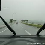 台風の海中道路