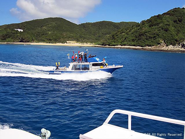 お見送りのダイビングボート