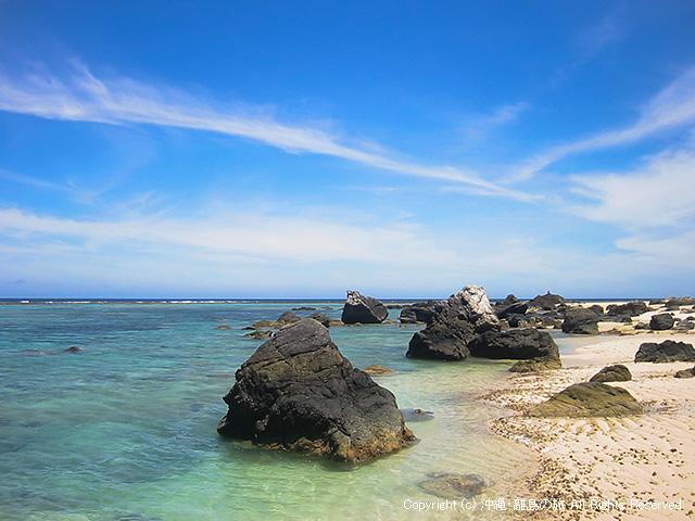 岩が多めのビーチ