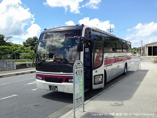 運天港を出発するやんばる急行バス