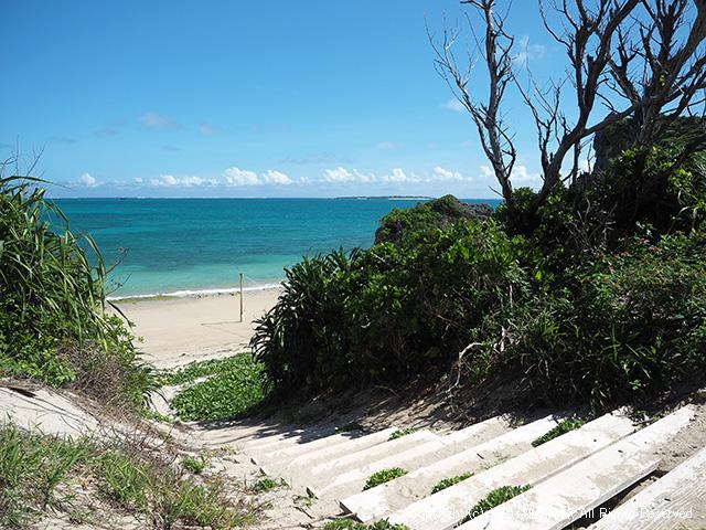 ビーチへ降りる階段から海が見える!