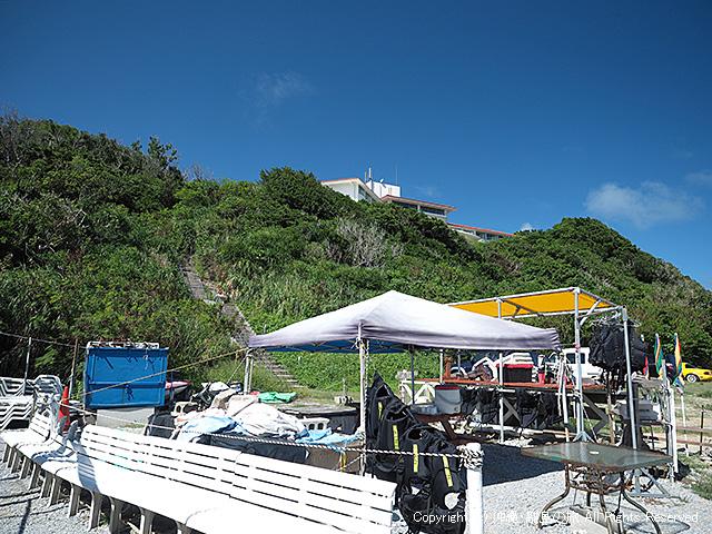 小山の上の建物が浜比嘉島リゾート